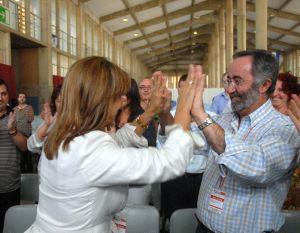 Pilar Sánchez y Francisco Lebrero se felicitan tras renovar sus cargos orgánicos en octubre pasado