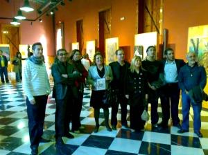 Artistas, editor y políticos recorren las obras expuestas en la Sala Julián Cuadra. RA