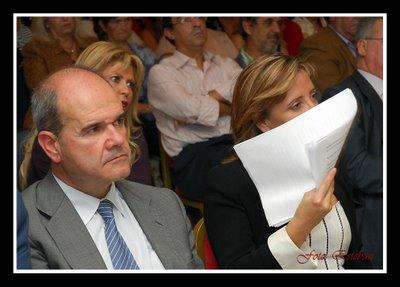 Pilar Sánchez cubre su rostro junto a Chaves en un reciente acto del PSOE en Jerez.PC